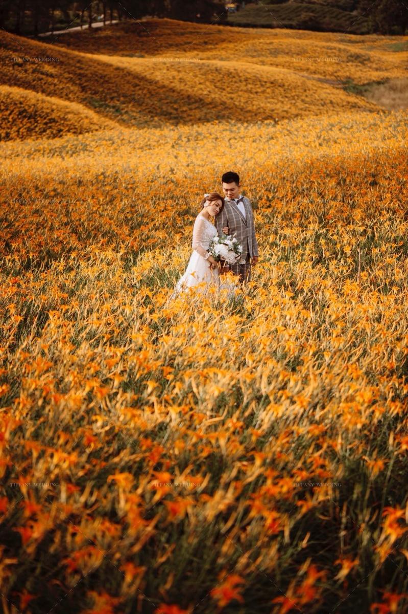 花樣婚紗裡的繾綣柔情 金針花花海婚紗 台中婚紗攝影公司推薦 婚紗景點